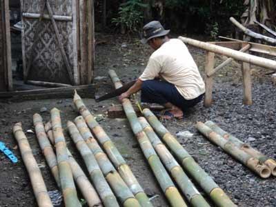 menggergaji-bambu-untuk-kolam