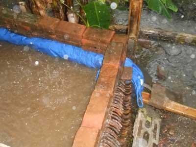 Contoh konstruksi kolam lele terpal daun ijo for Design of pond embankment